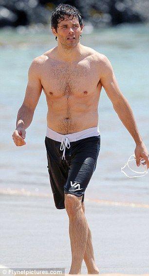 Med slank krop på stranden