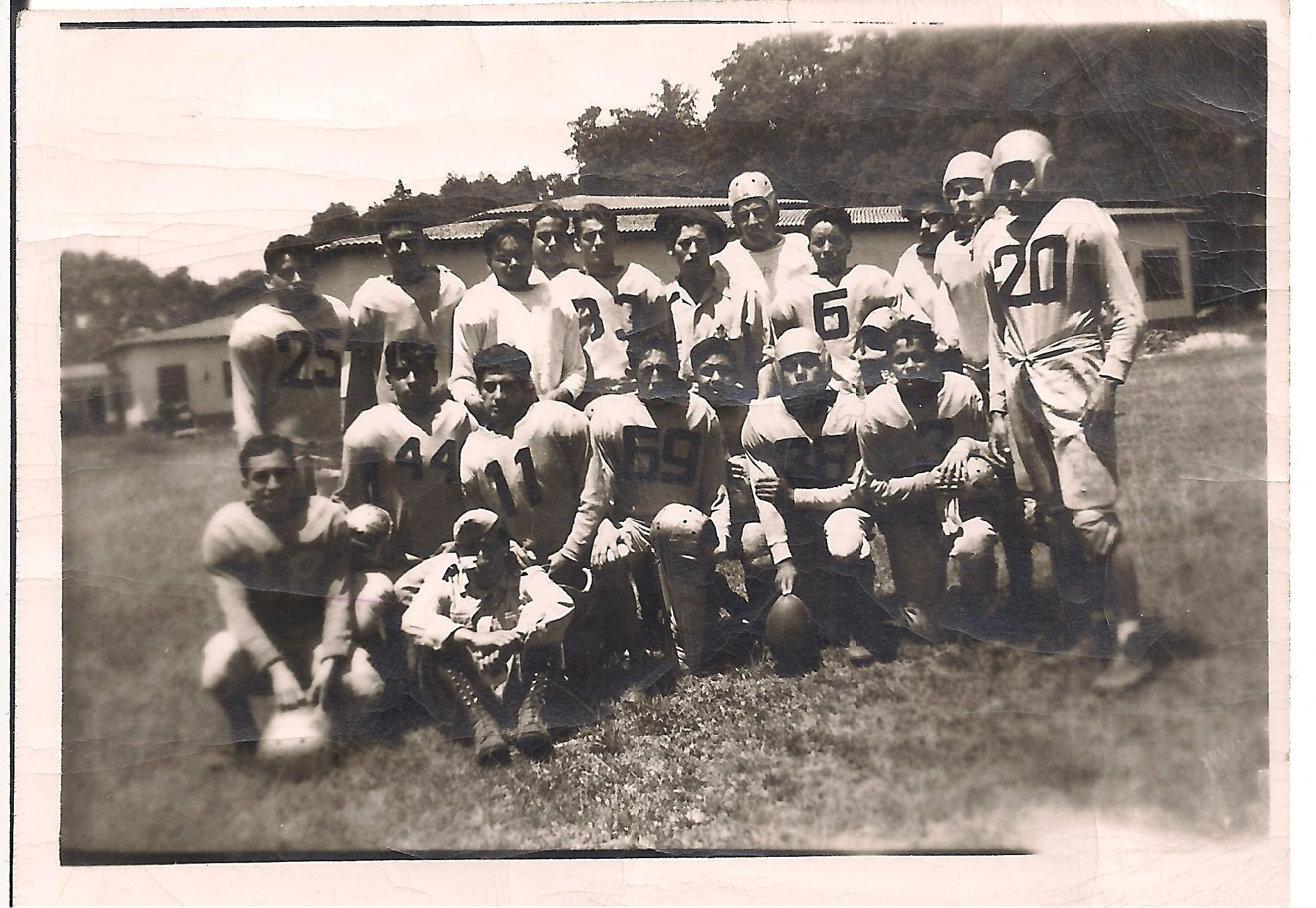 Mi Papá en su equipo de Football Americano de Chapingo... Que tal?