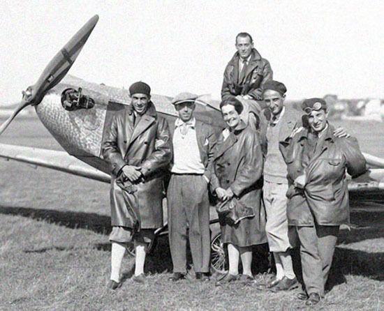 """A doua femeie pilot aviator din Romania, dar prima cu brevet romanesc, a fost Ioana Cantacuzino, cu brevetul numarul 1, din 1930. Impreuna cu fratele sau, Mircea Cantacuzino, s-a inscris in adolescenta la cursuri de pilotaj cu lt. Octav Oculueanu. In 1928 au infiintat Scoala de Pilotaj din Baneasa, prima scoala de pilotaj cu avioane cu motor din Romania. In 1930, Mircea Cantacuzino murea intr-un accident, iar scoala, condusa de Ioana Cantacuzino, se va numi Scoala de Pilotaj """"Mircea…"""