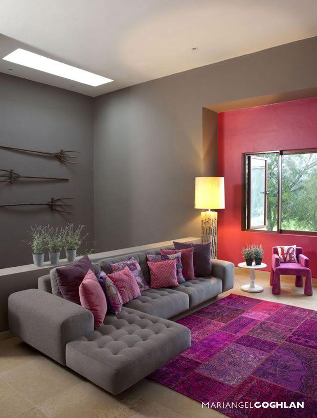 Living room with purple rug and cushions / Sala de estar decorada - Decoracion De Interiores Salas