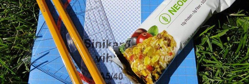NeoLifeBar  Jotta jaksaa pitkän koulupäivän, on repussa hyvä olla helposti nautittava välipala. Viimeistään kotiin tullessa on kiljuva nälkä ja vireystaso on sen mukainen. Tällöin on ennen läksyjen tekoa hyvä nauttia ravitseva välipala.  NeoLifeBar on helppo ja terveellinen välipala. Se sisältää mm. soijalastuja, kaurahiutaleita, kurpitsan- ja auringonkukansiemeniä, cashew-pähkinöitä, manteleita, mustikkaa ja karpaloa.