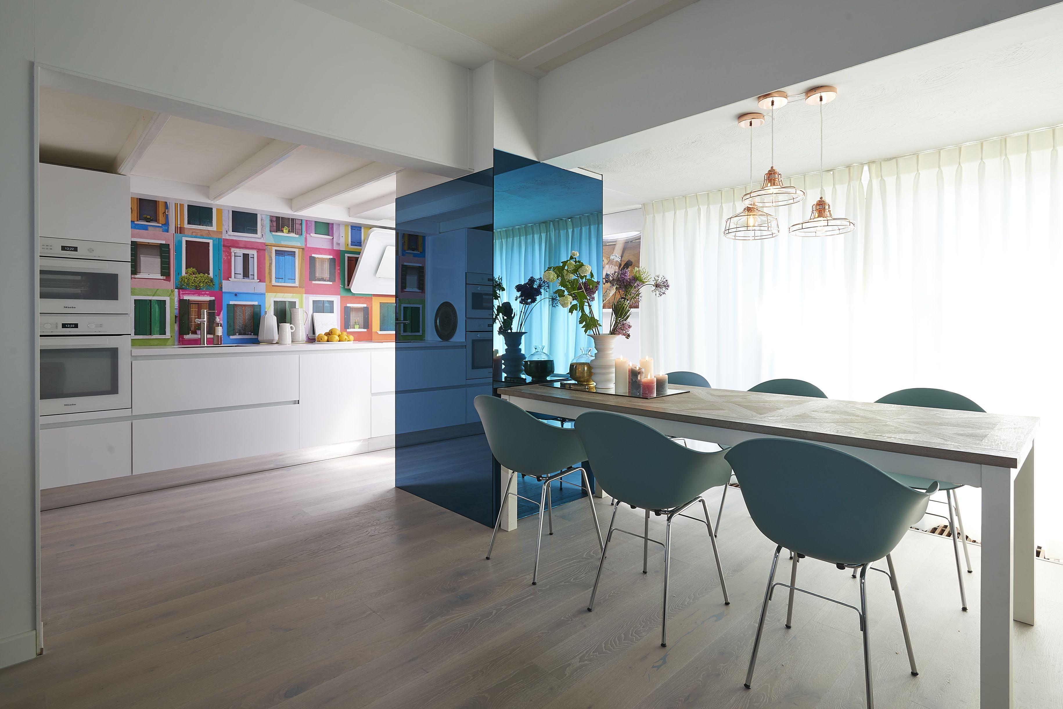 Een funky keuken met gewaagde kleurencombinaties keukens
