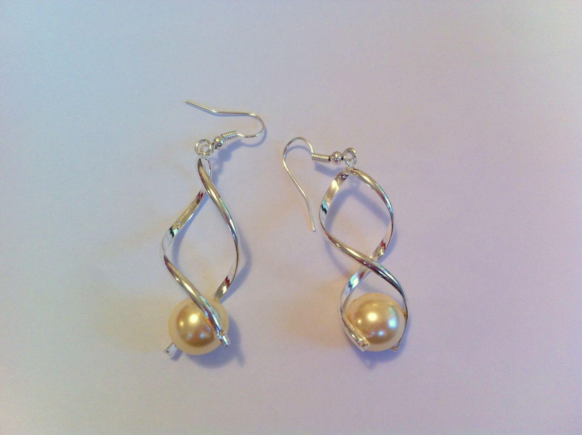 boucles d'oreille acier chirurgical , spirale avec perles en verre nacrée crème : Boucles d'oreille par nessymatriochka