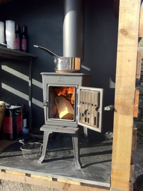 jotul stove warming mulled wine at the cowbridge food and drink rh pinterest com