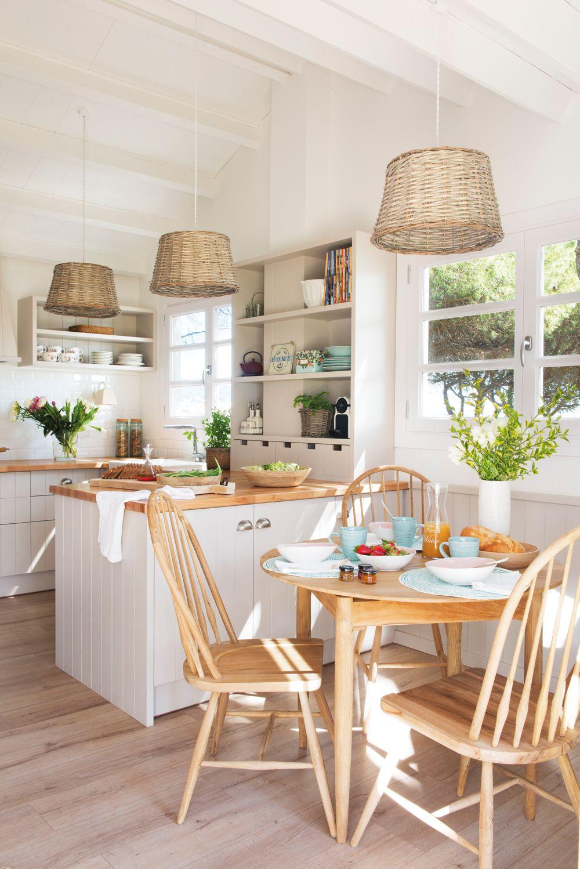 Cocina rústica con office con mesa redonda en madera y lámparas de ...