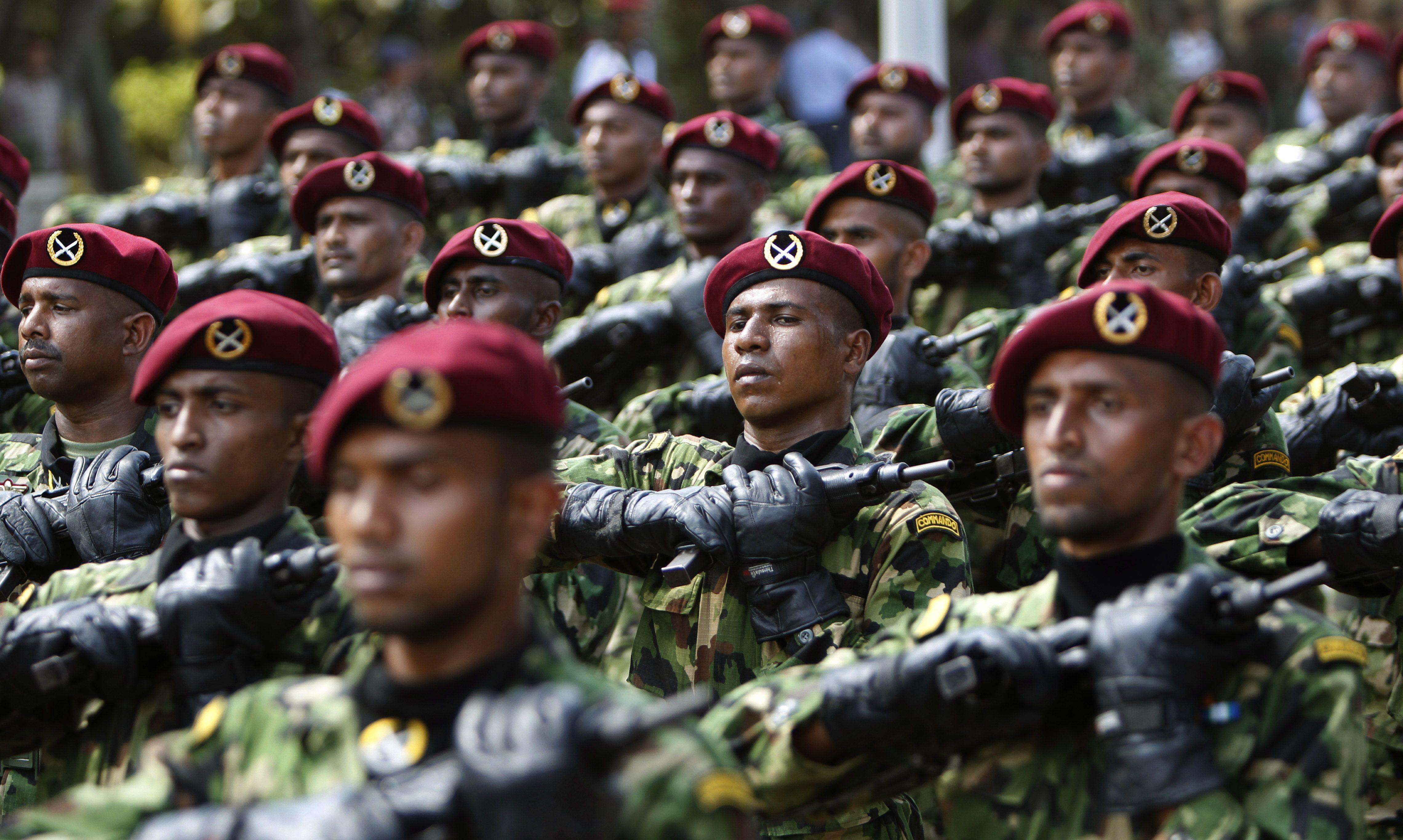 Los oficiales de ejército de Sri Lanka durante los ensayos de un desfile militar en Colombo, Sri Lanka (Gemunu Amarasinghe/AP)