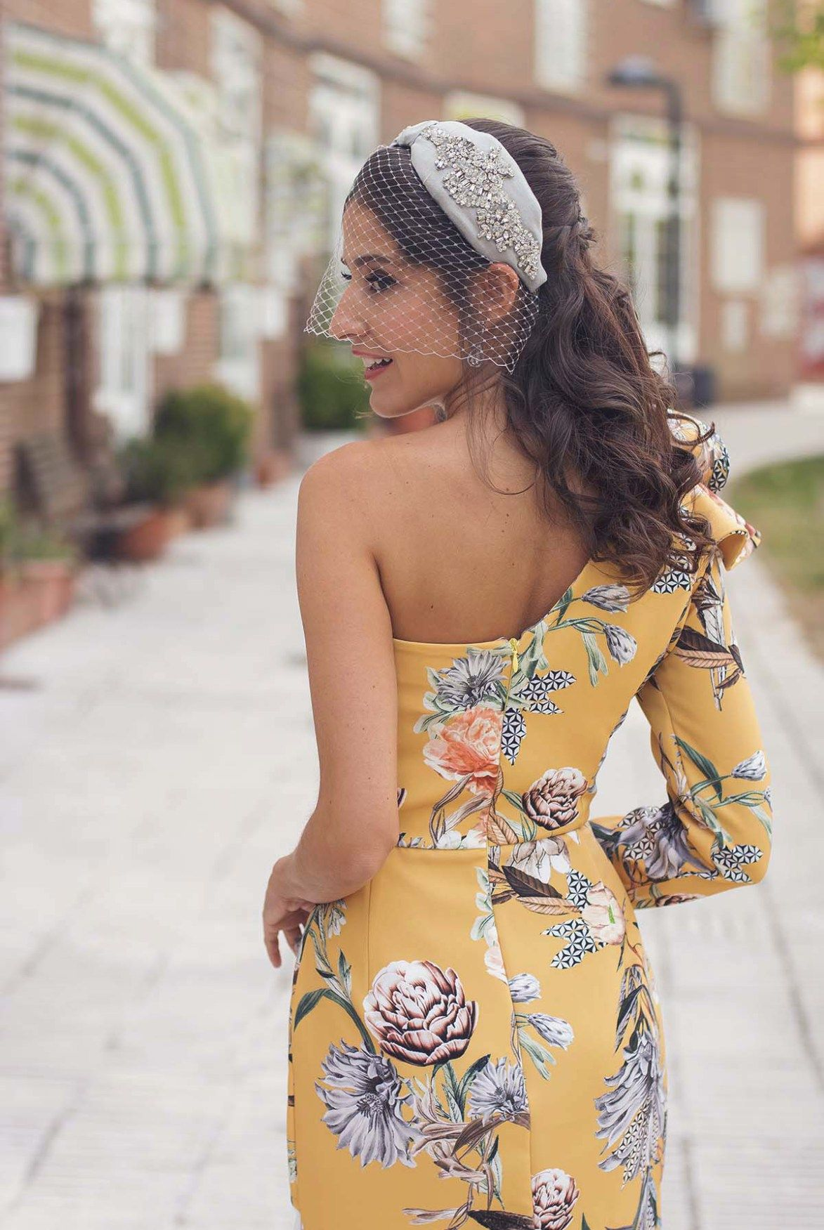 ab66adc2e Invitada boda de mañana vestido asimétrico estampado amarillo ...