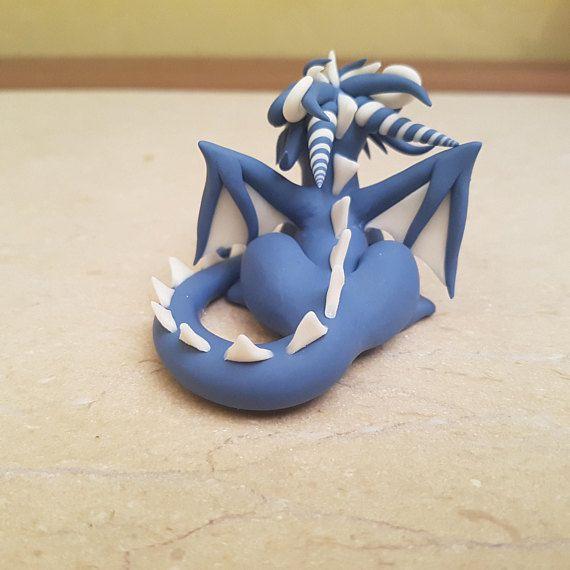 Scheint in der Finsternis Drachenskulptur ist eine perfekte Geschenkidee für jeden Anlass. Die Figur ist komplett handgefertigt und Blickfang. Verwenden Sie es als ein originelles Geschenk für Ihre Freunde oder Ihre Skulpturensammlung hinzufügen. Die süße kleinen Drachen werden gerne ein
