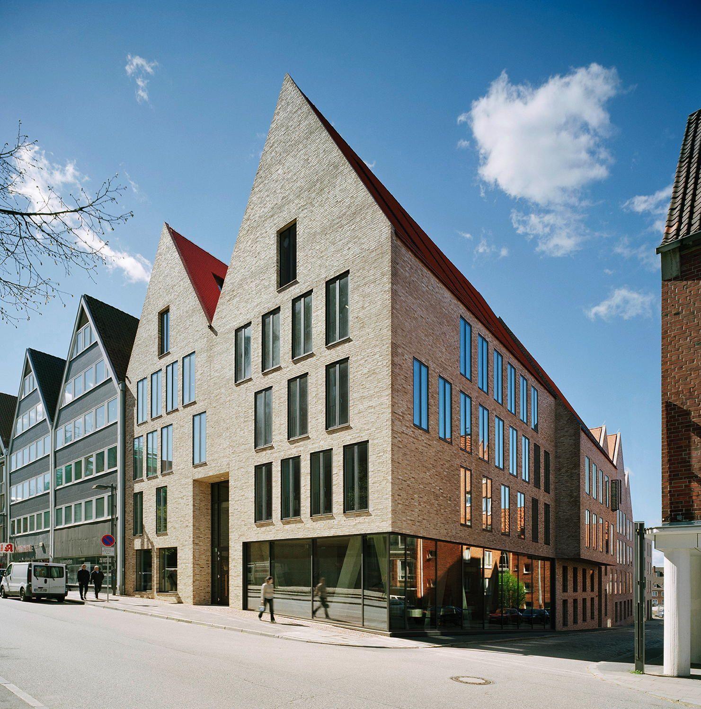 expressive vitrine an der marienkirche ulrich gabler. Black Bedroom Furniture Sets. Home Design Ideas