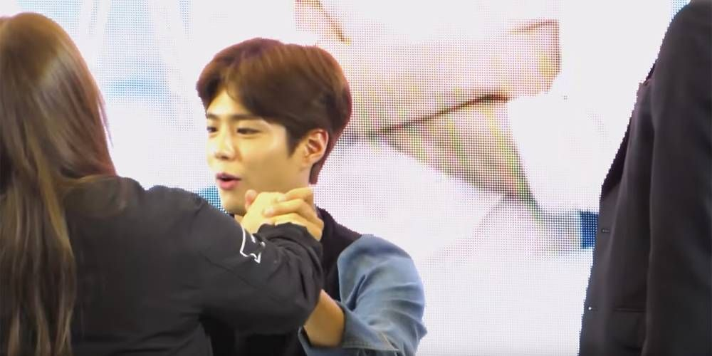 Park Bo Gum is playful with fans at meet and greet   http://www.allkpop.com/article/2016/04/park-bo-gum-is-playful-with-fans-at-meet-and-greet