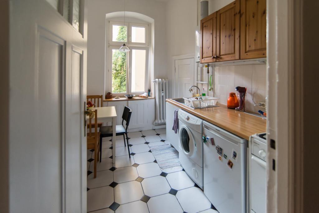 Schöne sanierte Altbauküche mit schwarz-weißem Fliesenboden und - küche fliesen boden