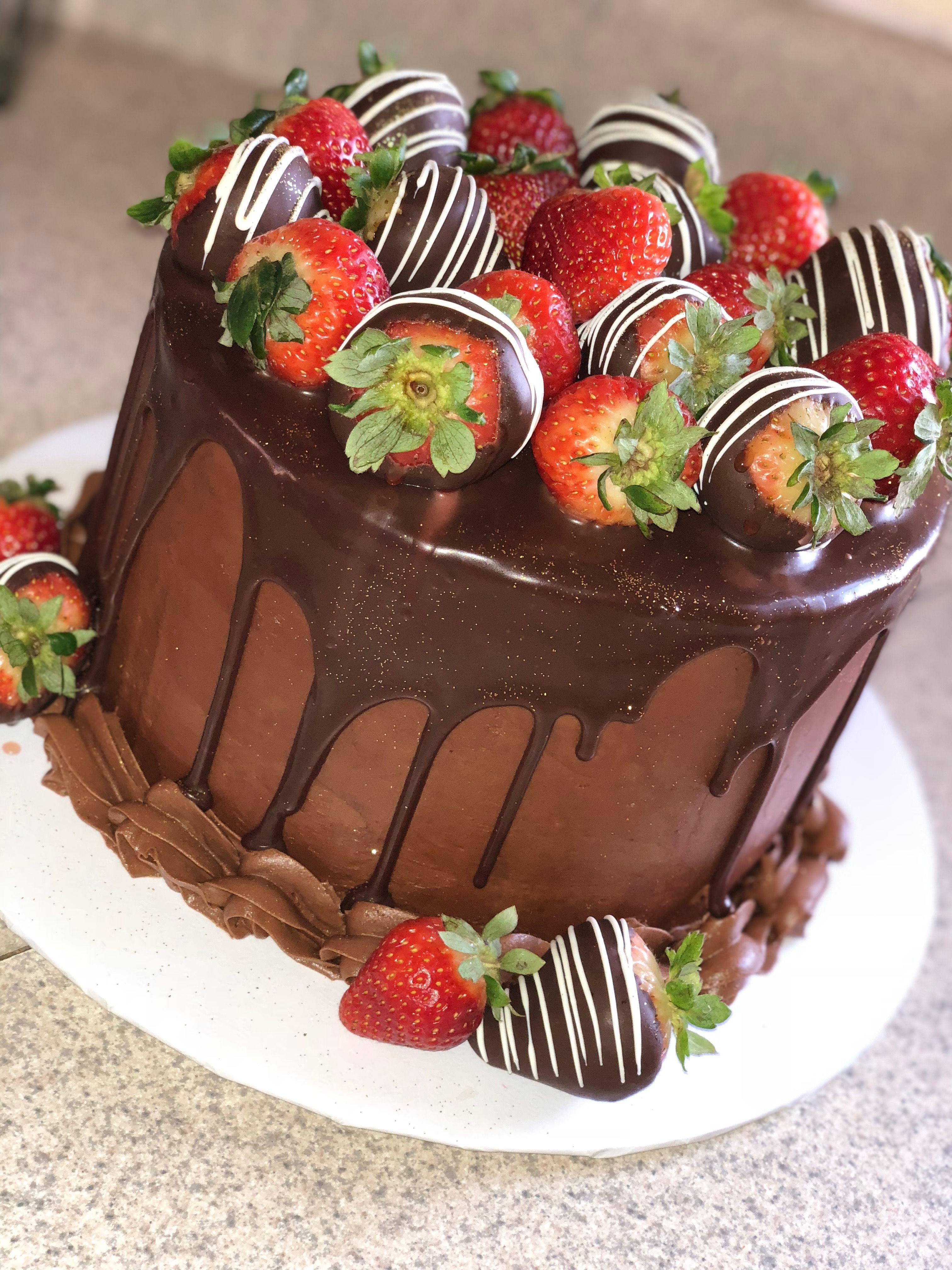 протекающие оформление торта клубникой и шоколадом фото ним находится