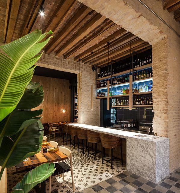 Un restaurant sévillan rénové par Donaire Arquitectos Interiors - maison en bois et en pierre