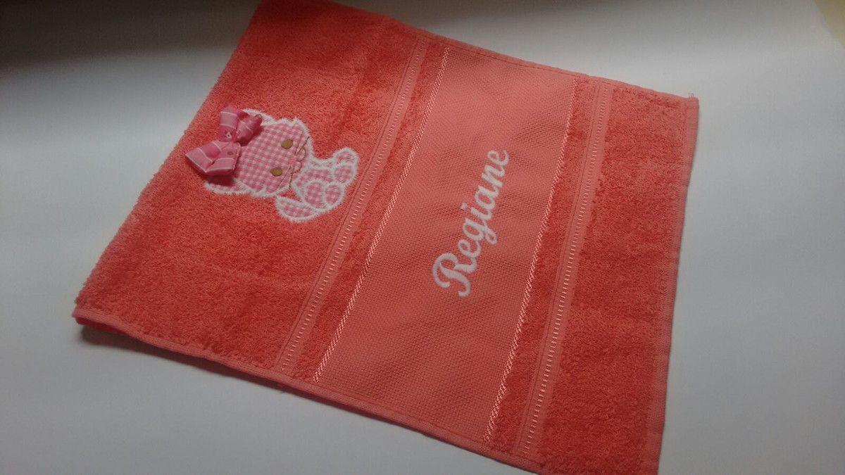 toalha de lavabo ou visita tamanho 30x50 nas cores goiaba, branco e rosa bebê <br>escolha o tema e o nome para bordar