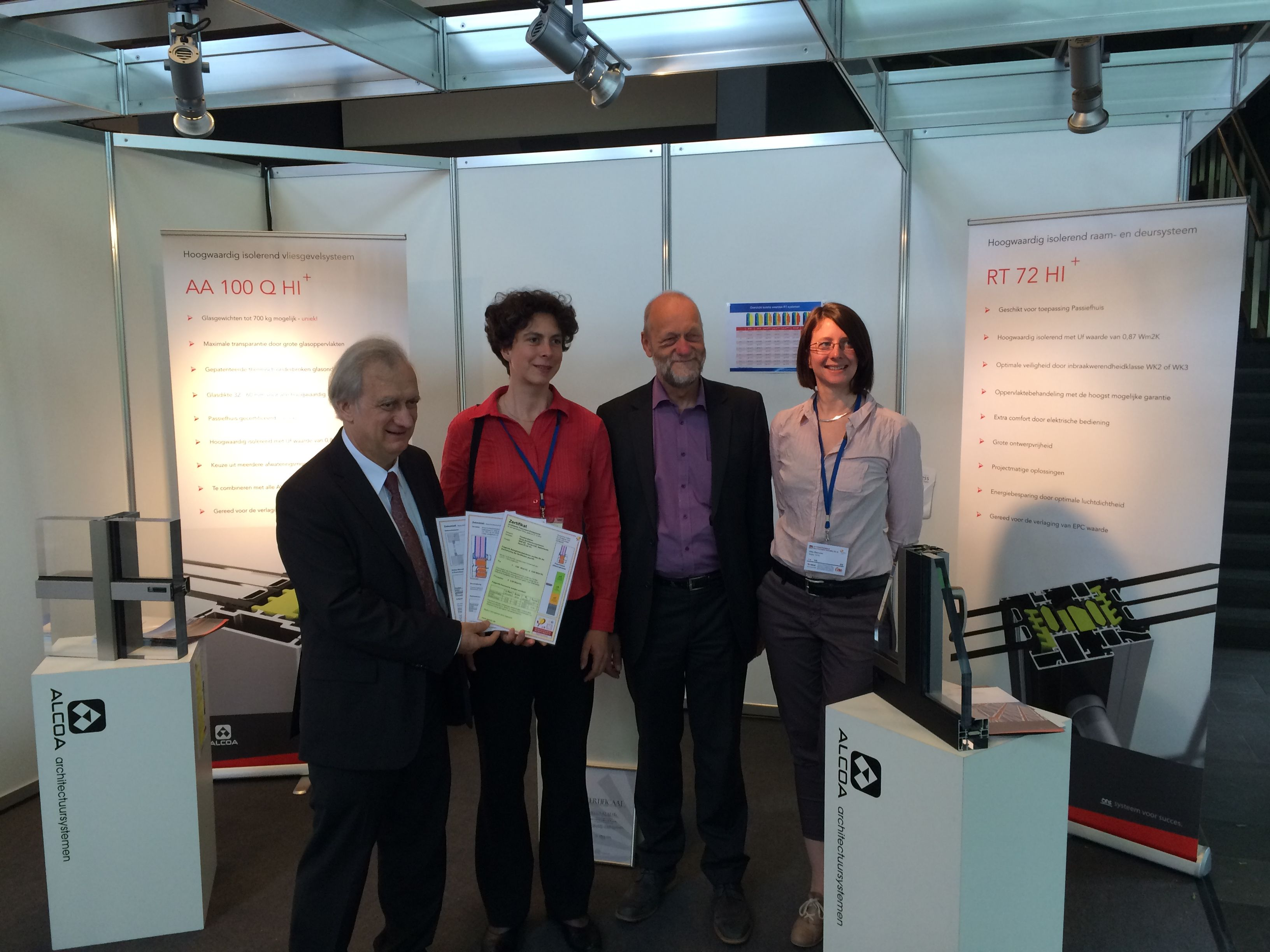 Delivering of the certificate by Dr. Wolfgang Feist, CEO Passive House Institute Darmstadt.  Uitreiking van het certificaat door Dr. Wolfgang Feist, CEO Passief Huis Instituut Darmstadt.