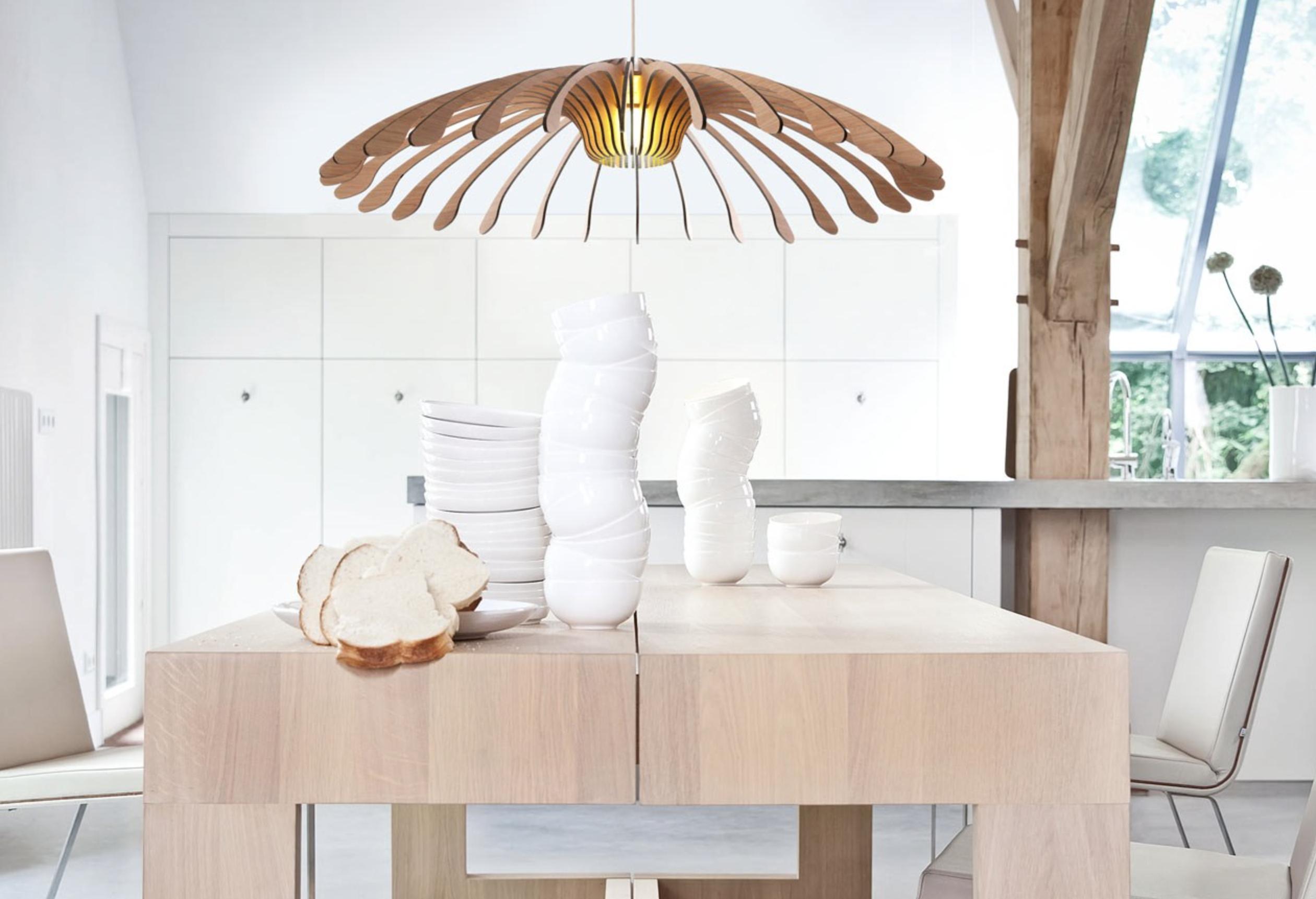 un luminaire imposant a toute son importance dans une salle manger design lampe flower et table de repas maas pour le fabricant hollandais odesi
