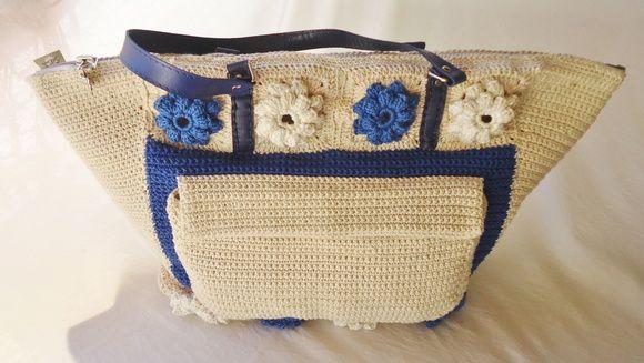 Linda bolsa de crochê confeccionada artesanalmente com linha Duna da Círculo, algodão 100% mercerizado.Forrada com tecido de algodão. Costura reforçada. Alça em Korino, bolso externo. ACOMPANHA ORGANIZADOR DE BOLSA. DESIGNER GLADYS CARNEIRO. PEÇA EXCLUSIVA SÓCROCHÊ!  Tratando-se de uma peça artesanal feita sob encomenda, a confecção será agendada de acordo com a nossa programação de produção, após a confirmação do pagamento.  Recomendações de manuseio e conservação do produto: lavar com ...