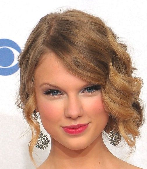 Wedding Hairstyle Ringlets: Taylor Swift Pinned Up Ringlets In 2020