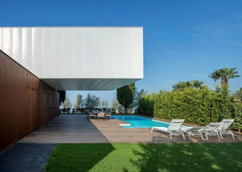 http://www.construire-tendance.com/wp-content/grand-media/image/Piscine-Arri_re-Etage-Villa-Materada-par-Proarh-Croatie.jpg