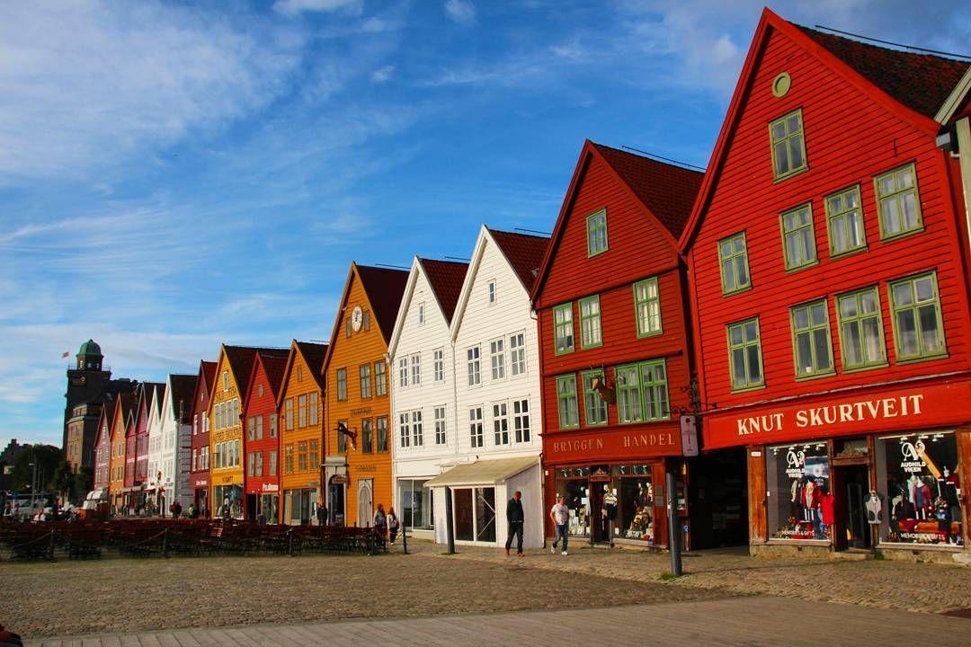 SÉRIE MÊS DOS NAMORADOS!  A Noruega é um país lindíssimo com muitas cidadezinhas charmosas e paisagens incríveis.  Uma região que curtimos bastante foi Bergen e suas casinhas coloridas. Não deixe de fazer o passeio Norway in a Nutshell que passa por Flam Myrdal e fiordes de tirar o fôlego!  Lá no blog você encontrará roteiros completos dessa região e de outras cidades da Escandinávia!  #bergen #noruega #norway #norwayinanutshell  #braroundtheworld #trip #viagem #viajar #instagram  #pegadasnaestrada #love #amor #aquelasuaviagem #missaovt  #awesome_phototrip #beautiful #viajero #instatravel #instagram #instagood  #viagemdecasal #earthpix #missaovt #melhoresdestinos #kayak