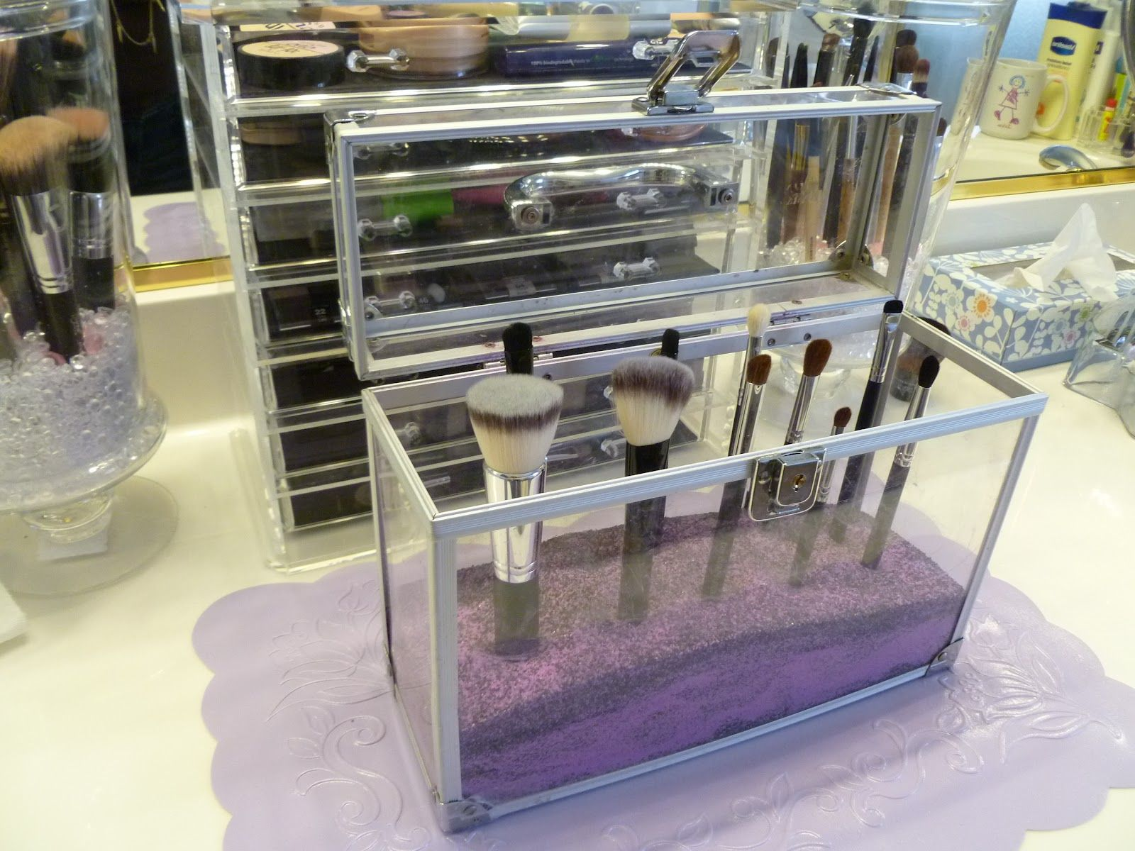 Makeup storage · This looks really really good! & This looks really really good! | Cool makeup organizers | Pinterest ...