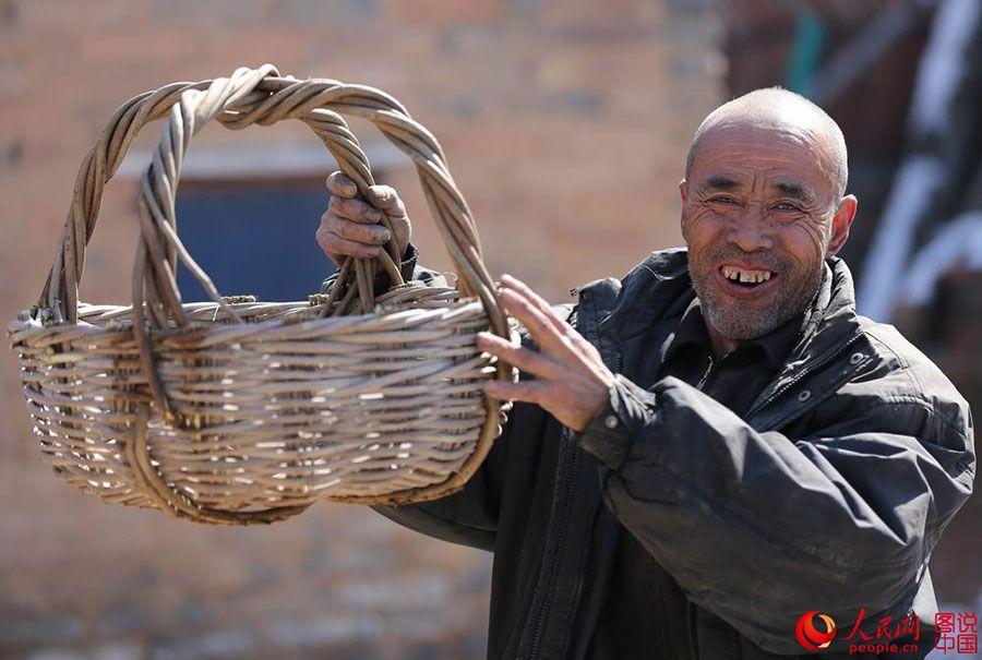 Liu Daolin presents his wicker basket to the reporter http://www.chinatraveltourismnews.com/2015/03/wicker-basket-disappearing-folk.html