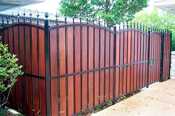 Diy Fence With Pallets N Metal Rod Stakes Description From Pinterest Com I Searched For This On Privacy Fence Landscaping Privacy Fence Designs Fence Design
