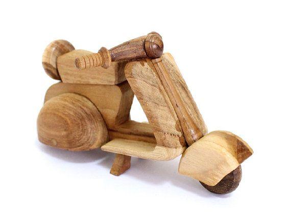 He encontrado este interesante anuncio de Etsy en https://www.etsy.com/es/listing/153048379/juguete-de-madera-vespa-en-hecho-a-mano