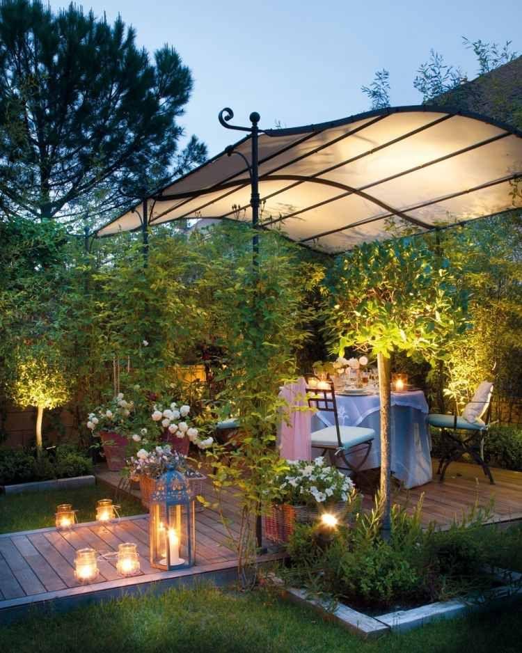 une terrasse élégante décorée de plantes grimpantes et lanternes