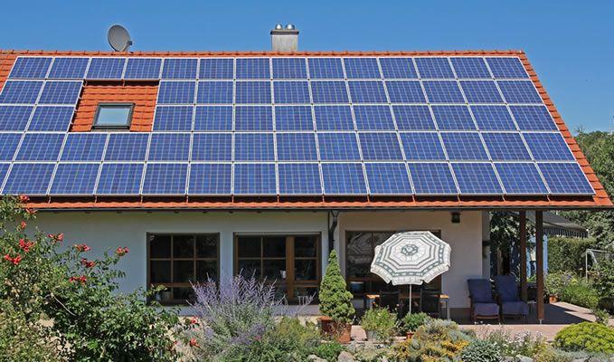 A energia solar é um tipo de energia que é proveniente, tanto da luz, quanto do calor do sol, e é transportada a partir do Sol através de ondas eletromagné