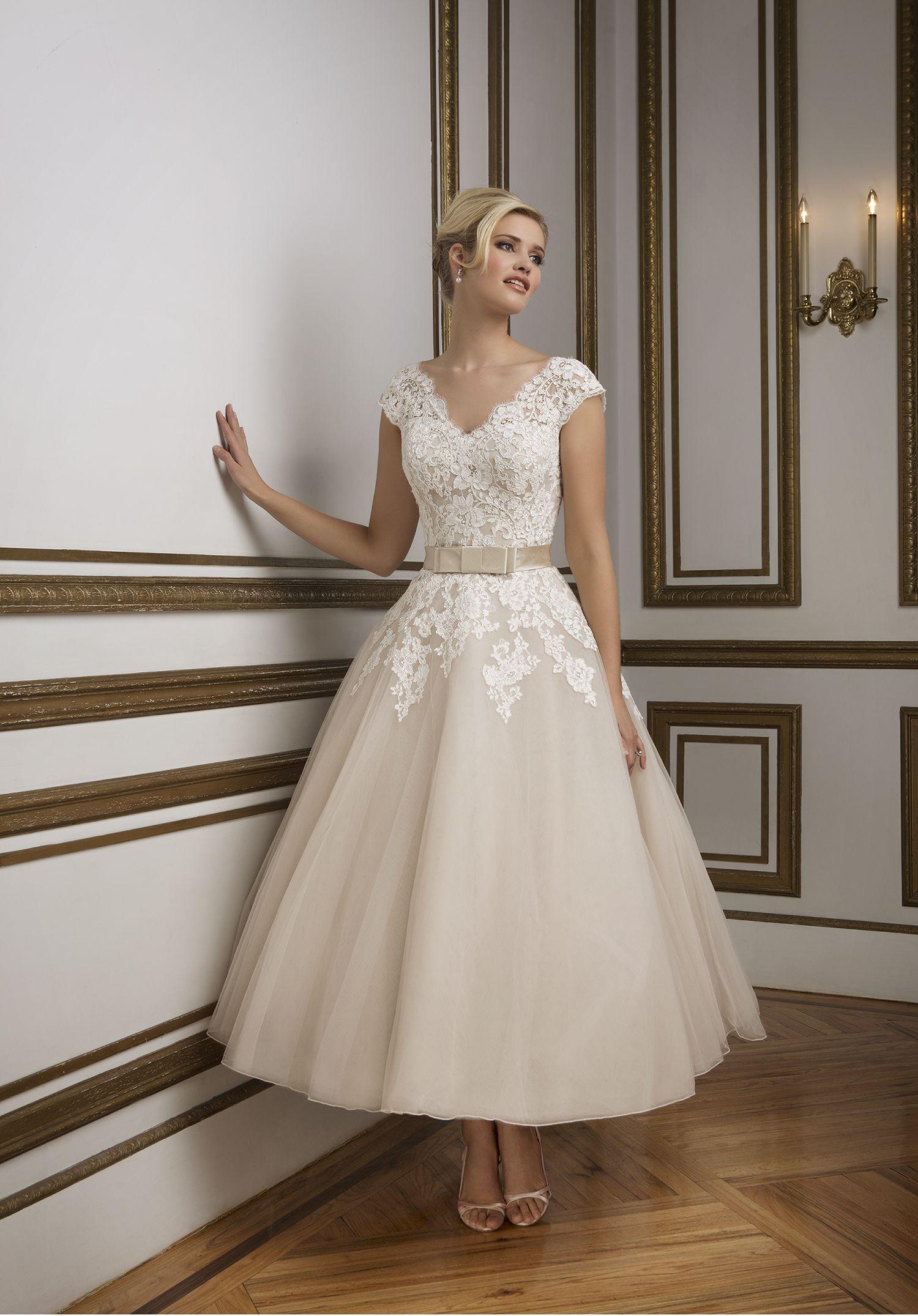 Kurzes Brautkleid von Justin Alexander   Mehr kurze Brautkleider auf http://www.hochzeitsplaza.de/brautkleider-trends/kurze-brautkleider   #hochzeit #braut #brautkleid  #kurz #romantisch #tealength #standesamt #modern #weiß #spitze
