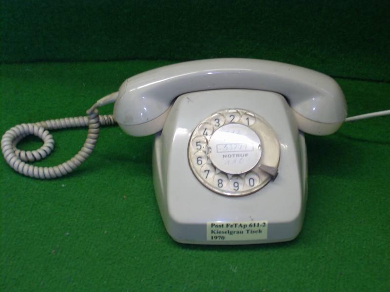611er Telefon mit Wählscheibe - genau das hatten wir und das Kabel war genau so lang, dass es bis in mein Zimmer ging und die Tür grad noch zu ging. Dann stand man aber hinter der Tür und man hörte draussen sowieso alles. Konnte man gleich im Gang bleiben ☺