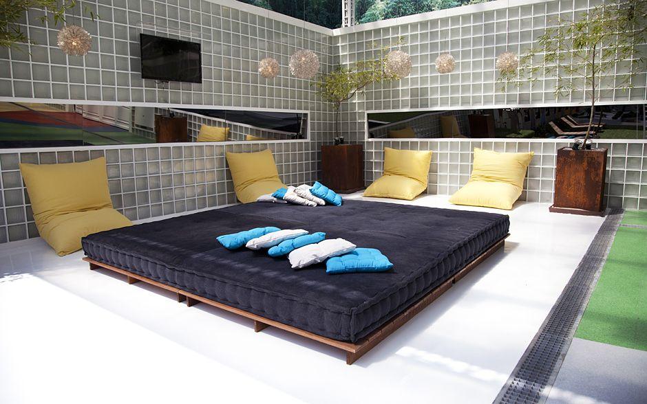 O lounge da área externa é um refúgio para relaxar no futon e nas grandes almofadas