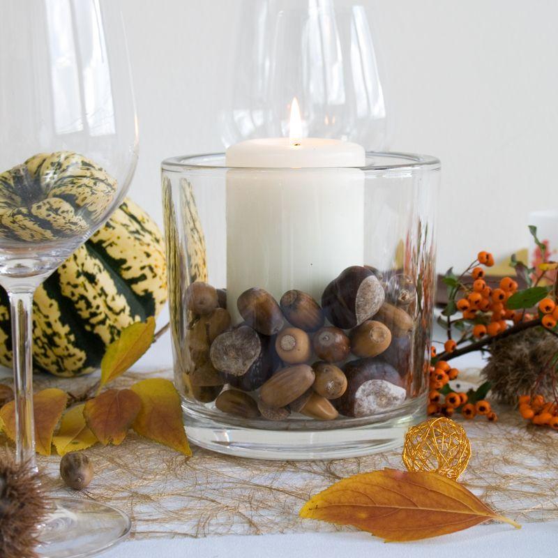 Glaszylinder Heavy mit dekorativen Nüssen und Kastanien - Tischdekoration Herbst - meine-hochzeitsdeko.de #kastaniendeko