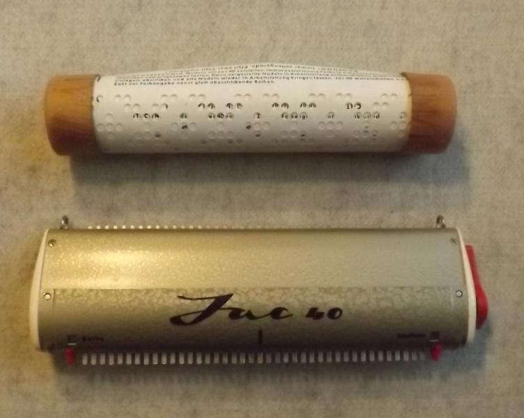 Jac 40 ist voll funktionstüchtig. Er ist ein Nadelselektierer für das Stricken von Mustern mit einem Rapport von 40 Maschen.