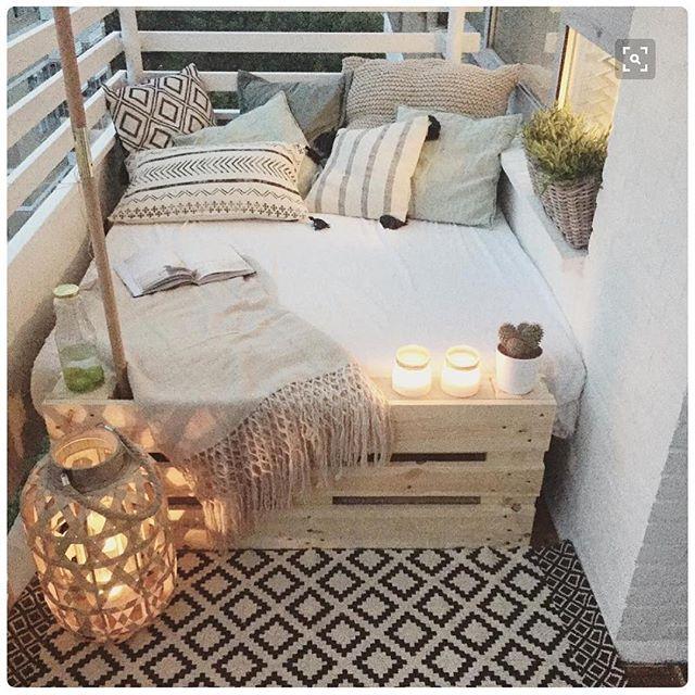 Buscando novas idéias para uma varanda pequena, achei essa referência aqui e achei legal trazer para vocês, pois é low coast, DIY e super legal!!! Gostaram? . #façavocêmesmo#varandacool#cantinho#projetointeriores#karladuartearq