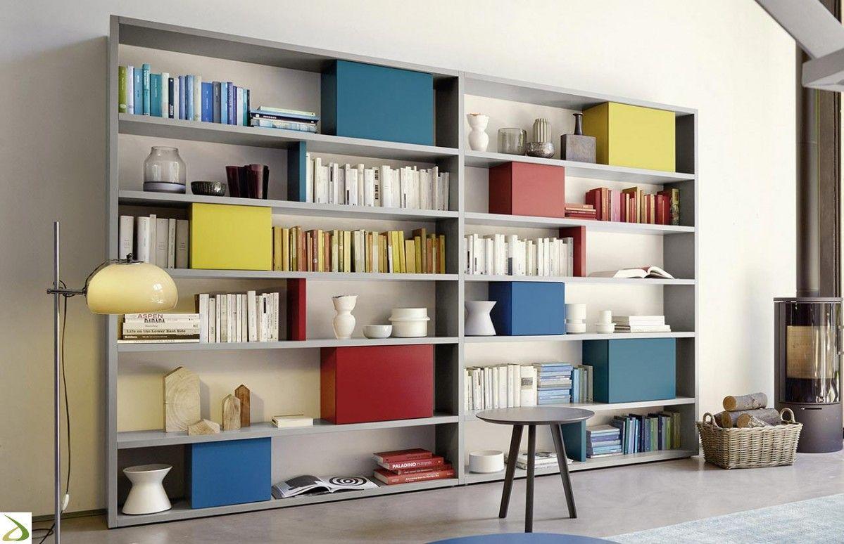 Mobile libreria di design con elementi chiusi colorati | Soggiorni ...