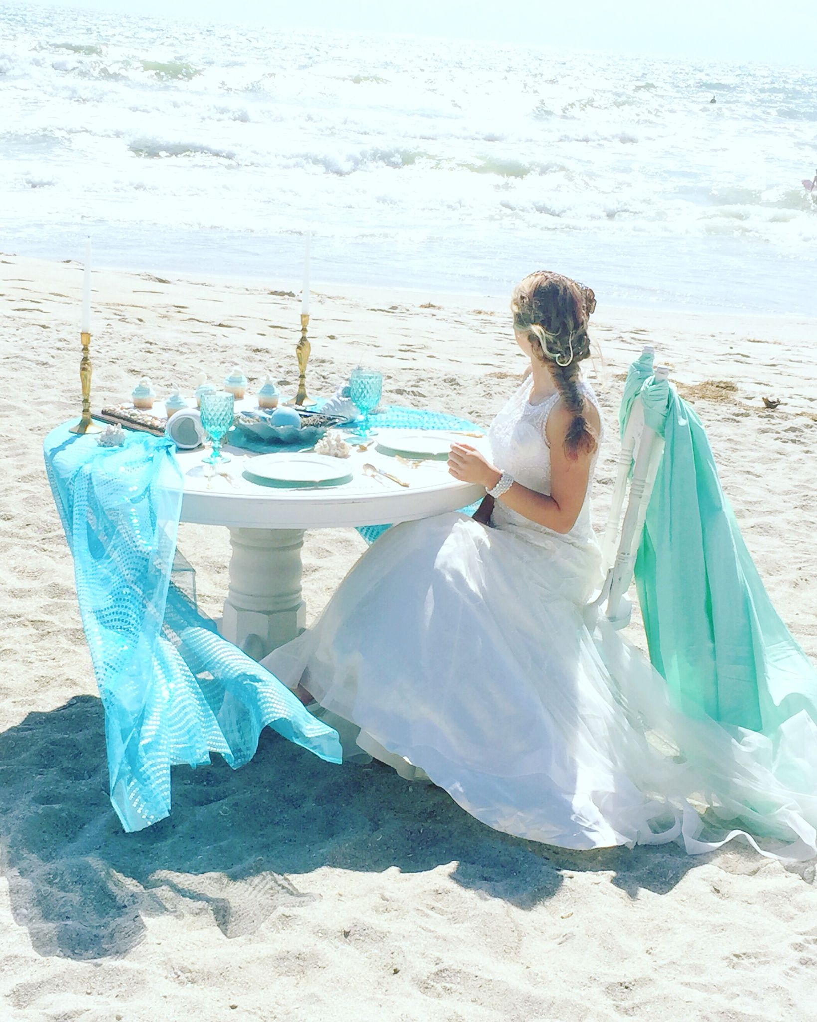 Our white round table is perfect for your beach wedding