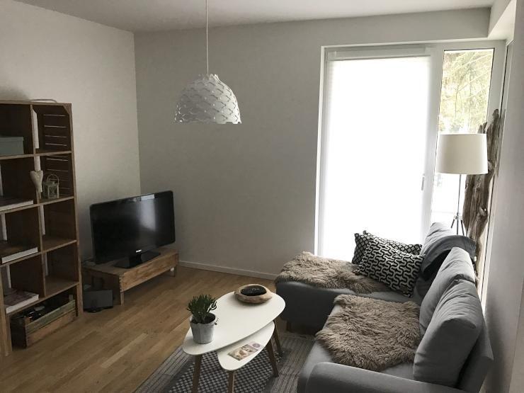 Wohnzimmer Gemütlich Einrichten: Graue Couch, Flauschige Decken, Couchtisch  Und Parkettboden. In Hamburg.