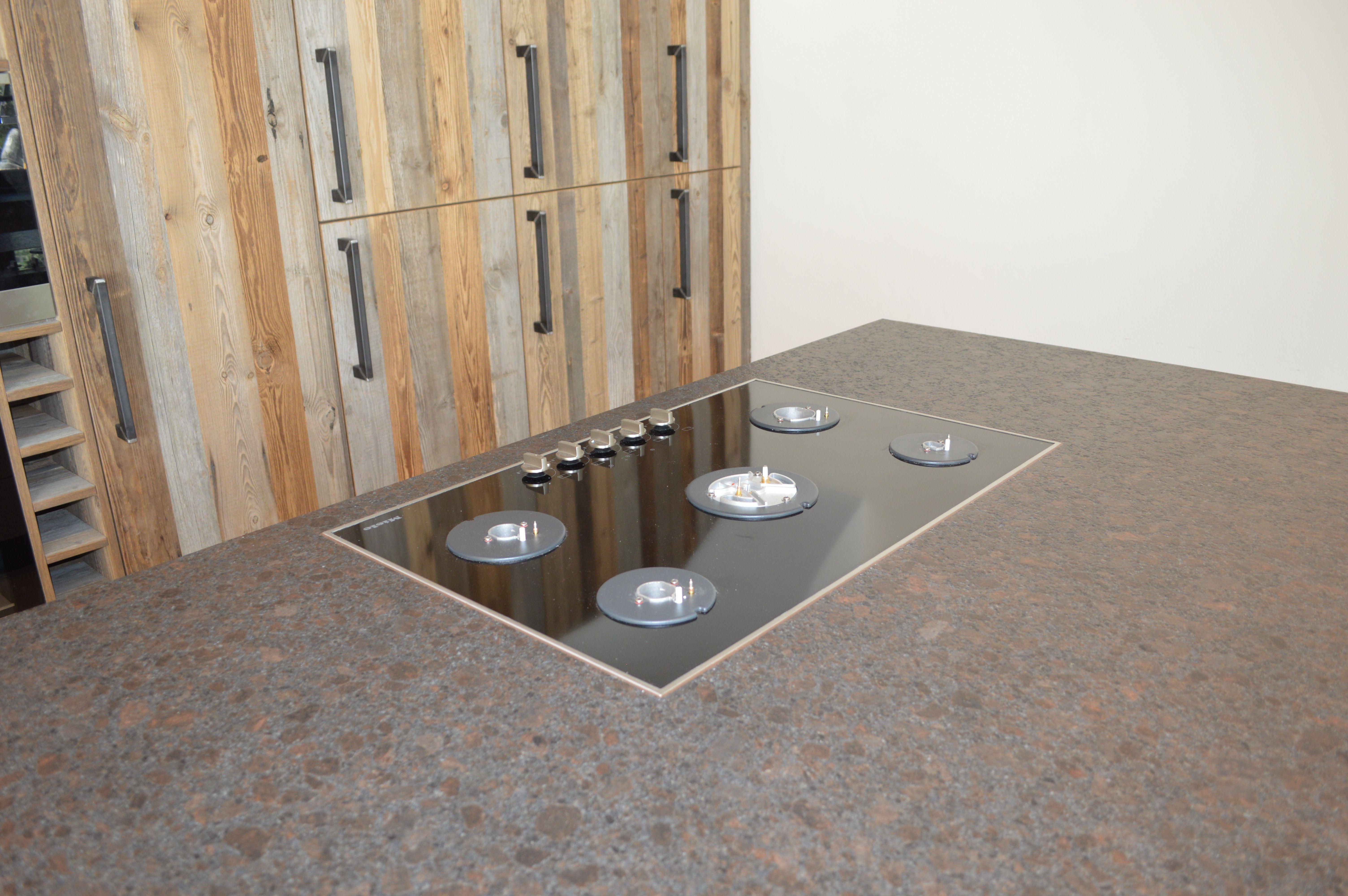 Einrichtung Für Die Küche Kochfeld Auf Einer Kücheninsel Mit Schränken Aus  Holz