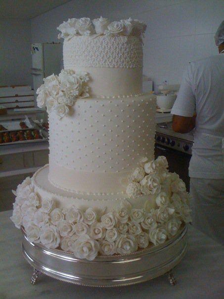 Este é bolo é lindo Piece of Cakes Julie Orberg Piovezanni Esta e outras imagens para inspirar o planejamento do seu casamento! Acesse o blog Mother of The Bride> www.motherofthebride.com.br