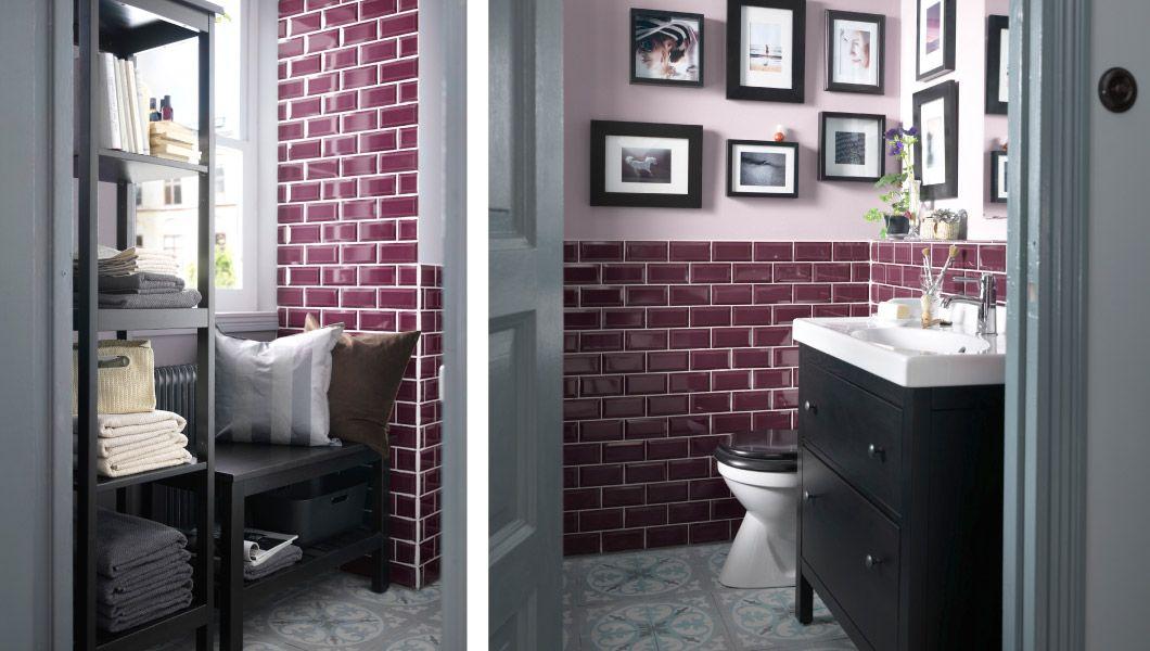 Un bagno piccolo con un angolo lettura e uno scaffale per sfruttare
