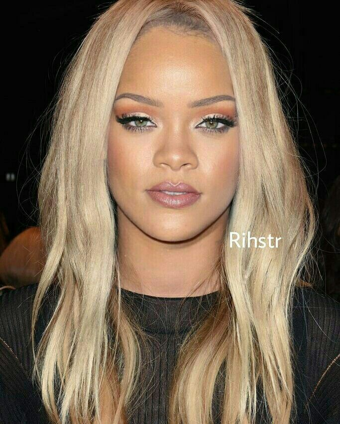 Rihanna In Blonde Locs With Images Rihanna Blonde Hair