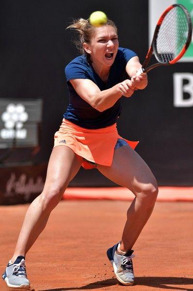 Simona Halep of Romania returns the ball to Anett Kontaveit of Estonia during the WTA Tennis Open tournament in Rome at the Foro Italico, on May 19, 2017. / AFP PHOTO / TIZIANA FABI