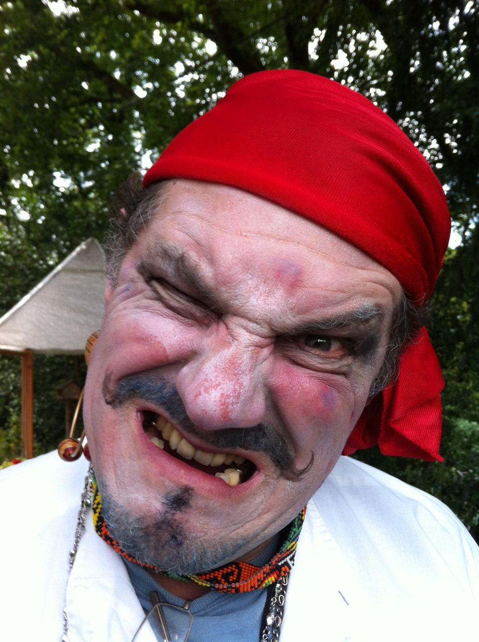 Einst irrte durch den Zauberwald, Pankraz der Pirat.  Voller Zorn bemerkt er bald...