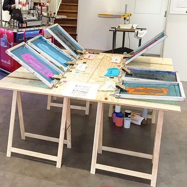 Nice Diy Screenprint Setup By Printvanparis Printspotters Printmaking Diy Screen Printing Screen Printing Table Screen Printing Studio