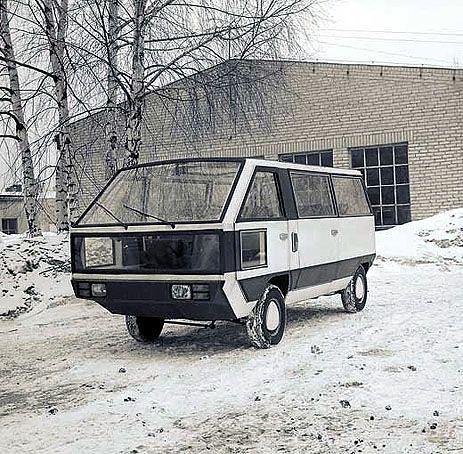 To unikatowe zdjęcie przedstawia niemal zupełnie nieznany, polski pojazd, który zbudowano w FSO w roku 1978. Służył on jako mikrobus do przewozu wycieczek po fabryce na Żeraniu. Dodatkowe szyby z przodu i w drzwiach umożliwiały łatwiejsze manewrowanie po ciasnych halach fabrycznych.