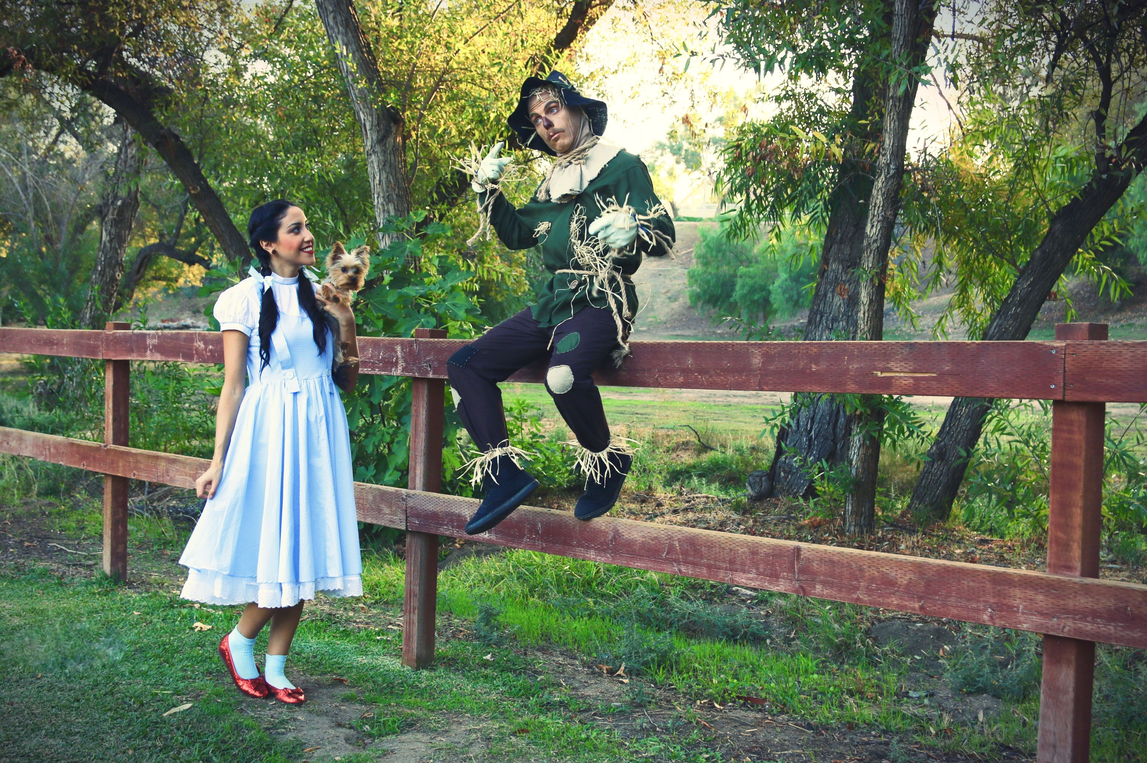 Wizard of OZ Costumes  #scarecrowcostumediy Dorothy and Scarecrow costumes. DIY couples costume idea. 2018 #scarecrowcostumediy