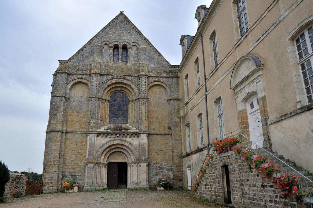 Abbaye de la Roë - Mayenne  Une abbaye romane fondée au XIe s. par Robert d'Arbrissel avant celle de Fontevraud.