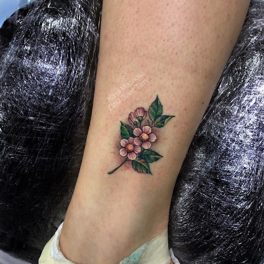 фото небольшой женской татуировки на ноге цветочки цветы тату